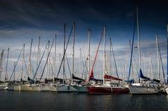城市港口和小游艇船坞视图 库存图片