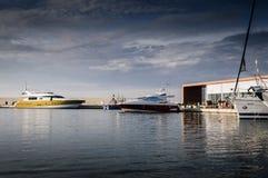 城市港口和小游艇船坞视图 免版税库存图片