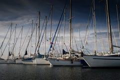 城市港口和小游艇船坞视图 免版税库存照片