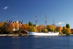 城市港口船斯德哥尔摩白色 免版税库存照片