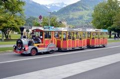 城市游览乘在烟特勒根街道上的微型火车  免版税库存图片
