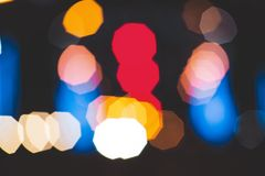 城市点燃在黑暗的背景的大抽象圆bokeh 库存照片