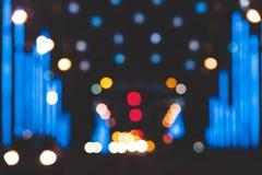 城市点燃在黑暗的背景的大抽象圆bokeh 免版税图库摄影