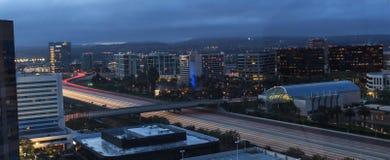 城市点燃新港海滨高速公路鸟瞰图  免版税库存图片