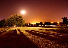 城市点燃晚上场面 免版税库存照片