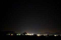 城市点燃晚上 库存照片