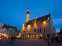 城市爱沙尼亚大厅老塔林托马斯塔城镇翻板天气 市政厅广场在晚上 库存照片