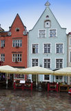 城市爱沙尼亚大厅老塔林托马斯塔城镇翻板天气 明亮的大厅安置多色方形城镇 免版税图库摄影
