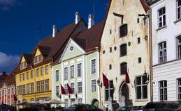 城市爱沙尼亚大厅老塔林托马斯塔城镇翻板天气 明亮的大厅安置多色方形城镇 库存照片