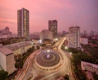 城市环形交通枢纽顶视图在雅加达的在夜 免版税库存图片