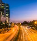 城市现代晚上场面 在路机智的大厦和光足迹 库存图片
