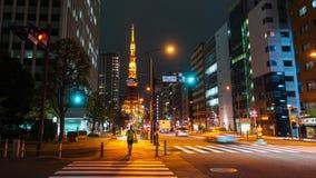 城市生活和交通时间间隔有东京塔背景在东京在晚上,日本 股票视频