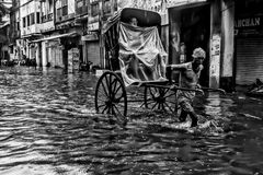 城市生活在雨中-加尔各答 图库摄影