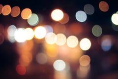 城市生活在夜在抽象背景中 路轻的bokeh 夜驾车概念 图库摄影