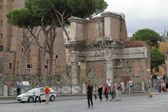 城市生活 在罗马街道上的人们在意大利 免版税库存照片