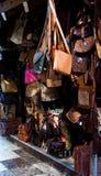 城市生活,与手工制造皮革物品的工艺摊位 库存照片