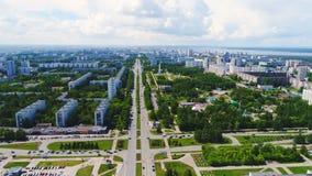 城市由宽大道横渡了反对多云天空 股票视频