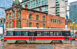 城市电车在多伦多,西部女王的St - Spadina Ave 免版税库存照片