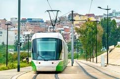 城市电车在康斯坦丁,阿尔及利亚 免版税库存照片