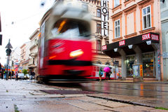 城市电车的被弄脏的行动在街道上的 免版税库存图片