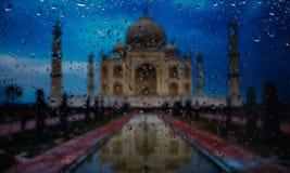 城市的世界泰姬陵A视图的奇迹从一个窗口的从在雨期间的高峰 在玻璃的雨下落 库存图片
