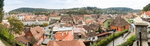 城市的全景从老城市Sighisoara堡垒墙壁的在罗马尼亚 免版税图库摄影