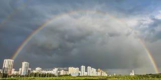 城市的全景天空和彩虹背景的  免版税库存图片