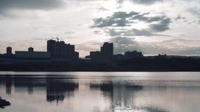 城市的剪影河岸的 在城市上的云彩 都市风景和日落 股票视频