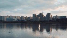 城市的剪影河岸的 在城市上的云彩 都市风景和日落 影视素材