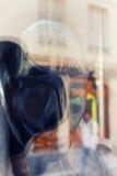 城市的反射一个时装模特的在商店窗口里 库存图片