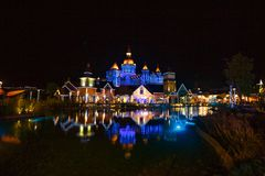 城市的反射在晚上在池塘 图库摄影