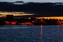 城市的堤防在晚上 库存图片
