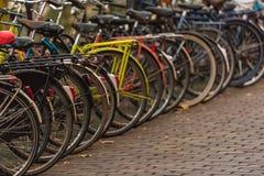 城市的大数字在乌得勒支街道上骑自行车,下面 库存图片