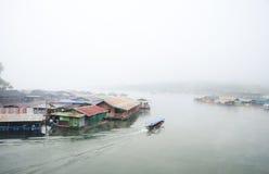 城市的大气沿湖的。 免版税库存照片