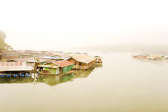 城市的大气沿湖的。 免版税库存图片
