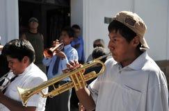 城市的居民在狂欢节期间的以纪念瓜达卢佩河贞女  免版税库存照片