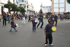 城市的居民在狂欢节期间的 库存图片