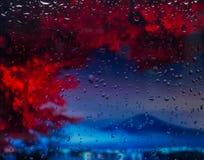 城市的山A视图从一个窗口的从在雨期间的高峰 在下落的重点 图库摄影