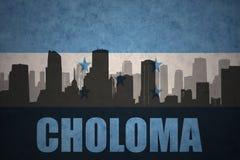 城市的抽象剪影有文本的乔洛马在葡萄酒洪都拉斯旗子 免版税库存图片