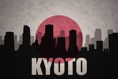 城市的抽象剪影有文本的京都在葡萄酒日本人旗子 向量例证