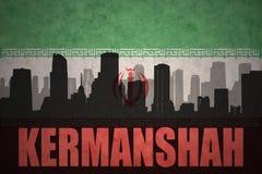 城市的抽象剪影有文本的克尔曼沙赫在葡萄酒伊朗人旗子 库存照片