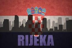 城市的抽象剪影有文本的力耶卡在葡萄酒克罗地亚人旗子 免版税库存照片