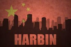 城市的抽象剪影有文本的哈尔滨在葡萄酒中国人旗子 免版税图库摄影