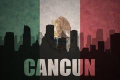 城市的抽象剪影有文本的坎昆在葡萄酒墨西哥国旗 库存图片