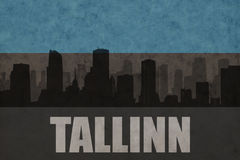 城市的抽象剪影有文本的塔林在葡萄酒爱沙尼亚语旗子 免版税库存图片