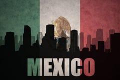 城市的抽象剪影有文本的墨西哥在葡萄酒墨西哥国旗 免版税库存图片