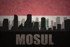 城市的抽象剪影有文本的摩苏尔在葡萄酒伊拉克人旗子 皇族释放例证