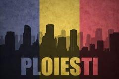 城市的抽象剪影有文本的普洛耶什蒂在葡萄酒罗马尼亚人旗子 免版税图库摄影