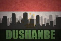 城市的抽象剪影有文本的杜尚别在葡萄酒塔吉克斯坦旗子 向量例证