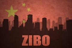城市的抽象剪影有文本的淄博在葡萄酒中国人旗子 免版税库存图片